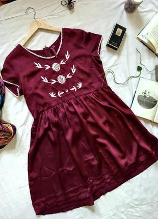 Платье boohoo, платье мини, платье под шёлк, платье с вышивкой