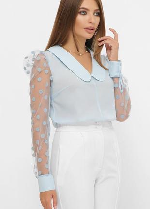 Голубая блузка с прозрачными рукавами в горошек