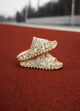 Шикарные шлепанцы унисекс adidas yeezy slide bone painted наложка