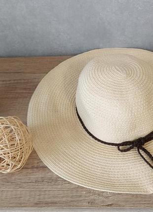 Пляжная соломенная шляпа