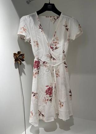 Платье на запах в цветочек белое бренд