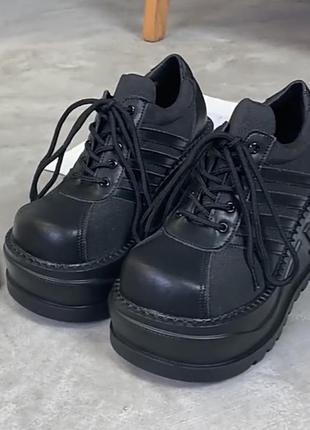 Чёрные кроссовки на платформе в стиле панк
