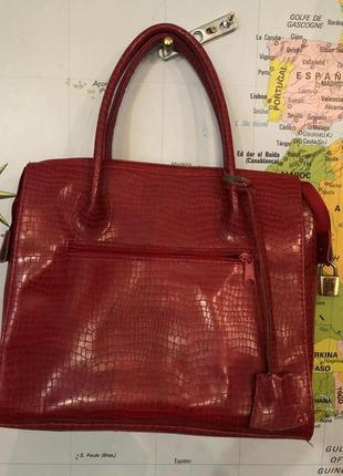 Жіноча сумка червоного кольору.
