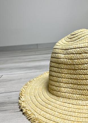 Красивая милая шляпка на пляж