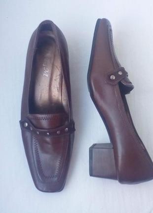 Туфли на невысоком каблуке в стиле лоферы, ретро. квадратный носок