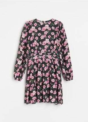 Платье с цветочным принтом / с цветами бренда reserved