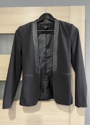 Пиджак с кожаными лацканами