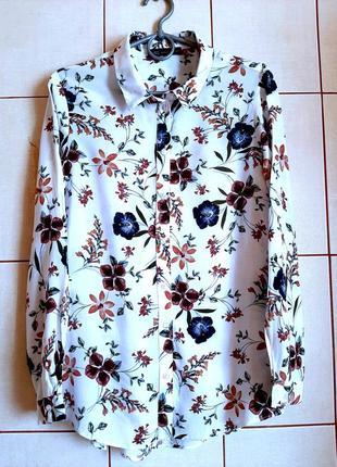 Белоснежная рубашка из вискозы с принтом из цветов