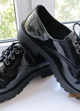 Туфли лаковые на тракторной подошве фирмы atmosphere
