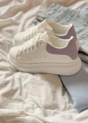 Белые кроссовки с лиловым задником