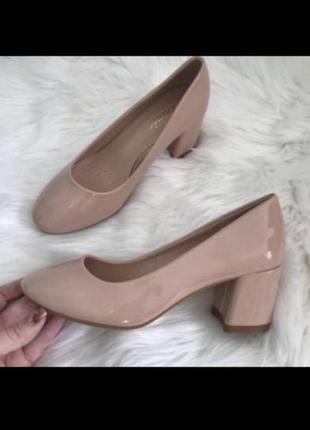 Новые кожаные лаковые нюдовые туфли лодочки цвета пыльной розы квадратный каблук
