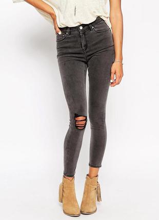 Серые джинсы скинни с дырками на коленях