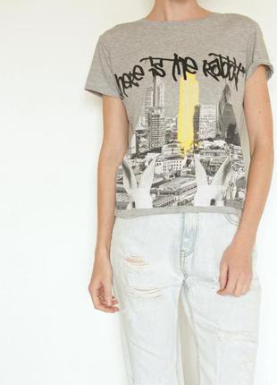Серая футболка с принтом граффити