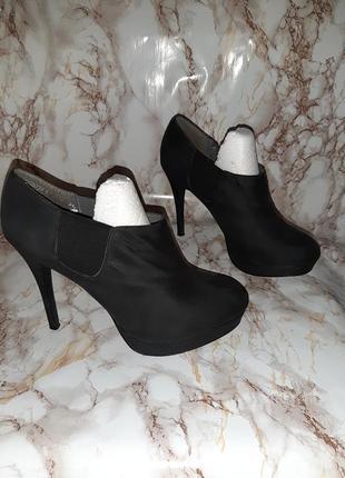 Чёрные ботильоны с резинками-вставками по бокам на высоком каблуке