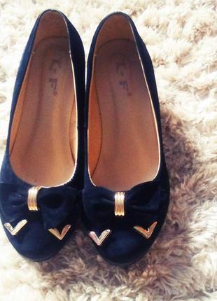 Замшевые туфли на танкетке с красивой фурнитурой