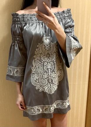 Платье с вышивкой с открытыми плечами