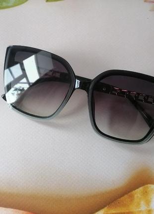 Брендовые чёрные солнцезащитные женские очки с дужкой цепью