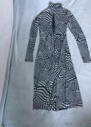 Черно-белое платье с ажурной вставкой