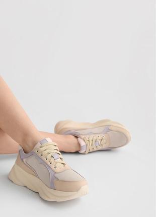 Женские кожаные кроссовки со замшевыми вставками на массивной подошве
