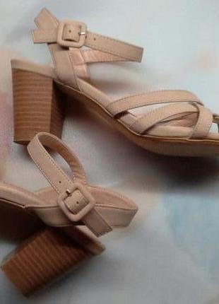 Кожаные нюдовые пудровые босоножки перепонки средний каблук dorothy perkins