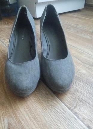 Туфли на танкетки.