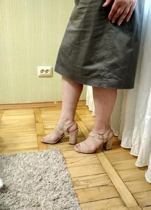 Босоножки на толстом каблуке с открытым носком