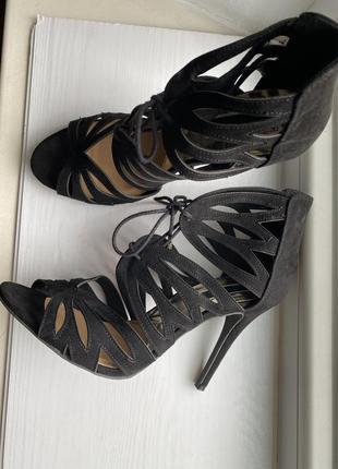 Чёрные босоножки на шнуровке heels, на шпильке