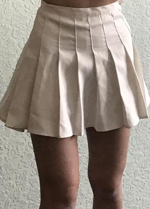 Белая мини юбка в складку, тренд 2021