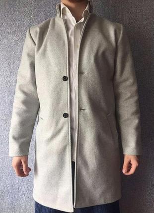 Светло-серое мужское пальто