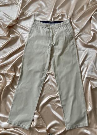 Светлые брюки штаны чинос прямого кроя