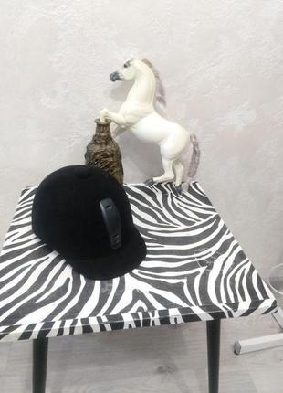 Жокейский шлем. жокейка. защитный шлем для верховой езды. шлем для занятий конным спортом.