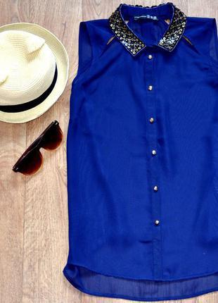 Стильная блуза с декорированным воротом