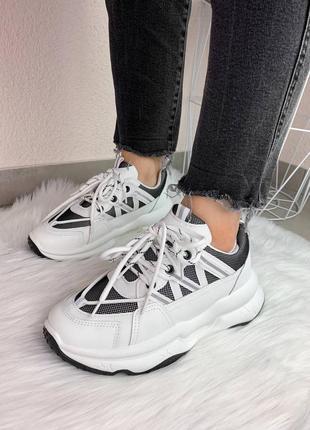 Біленькі кросівки з рефлективними вставками