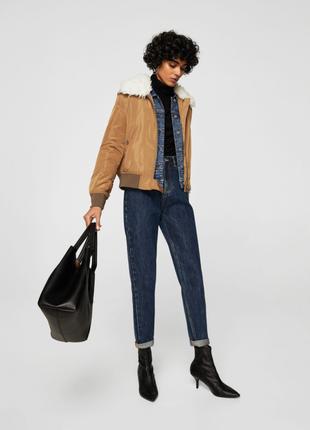 Утепленная куртка (бомбер) с воротником из овчины от бренда mango