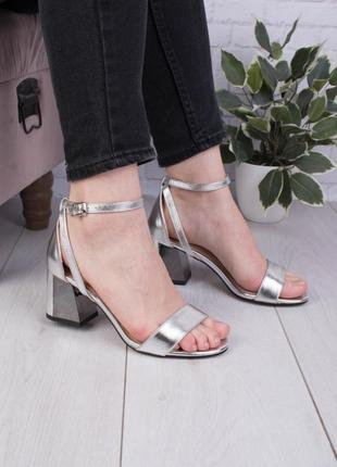 Стильные серебристые босоножки на широком устойчивом каблуке с ремешком закрытой пяткой