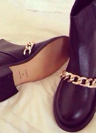 Стильные ботинки с цепочкой