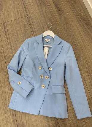 Пиджак небесного цвета, брюки в подарок