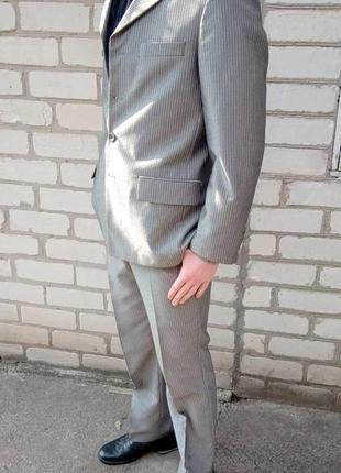 Светлый нарядный мужской костюм