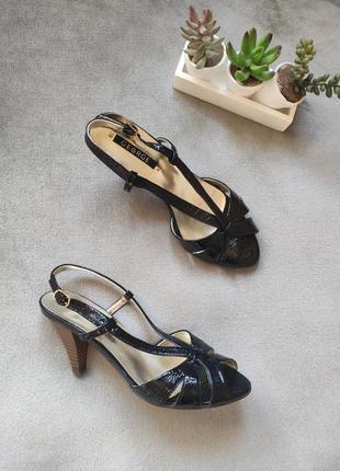 Классические чёрные лакированные босоножки на каблуке george