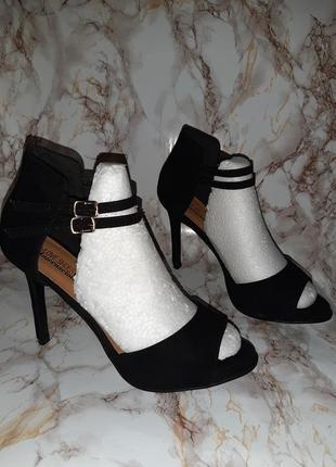 Чёрные элегантные босоножки с закрытой пяточкой на высоком каблуке