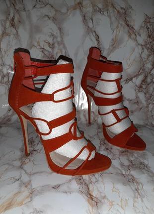 Оранжевые босоножки со шнуровкой впереди с пяточкой на молнии и на высоком каблуке