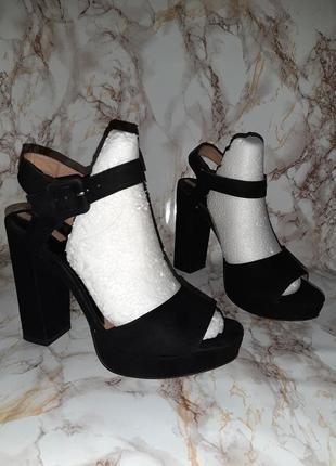 Чёрные босоножки на высоком каблуке и толстой подошве