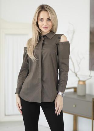Женская блузка с плечами на пуговицах