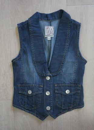 Чудесная джинсовая жилетка для девочки