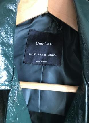 Лаковая куртка bershka темно-зелёная xs2 фото