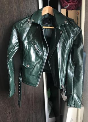Лаковая куртка bershka темно-зелёная xs