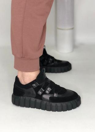 Черные замшевые с кожаными вставками кеды на черной подошве