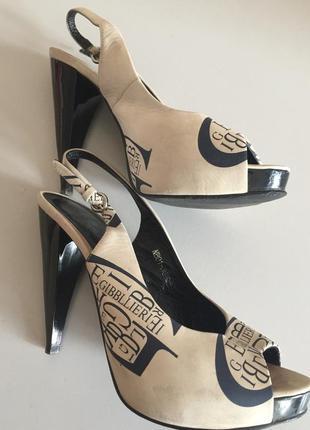 Кожаные босоножки на высоком каблуке.
