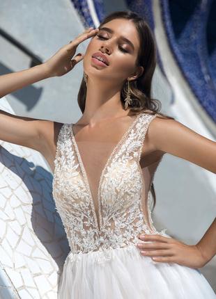 Свадебное платье белое а-силуэт с кружевом прозрачное с вырезом