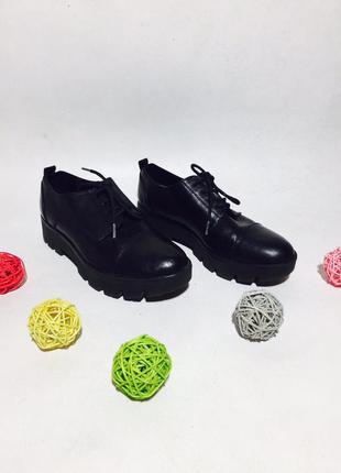 Стильные кожаные туфли броги на тракторной подошве с шнуровками